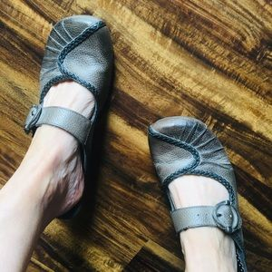 Bare Traps Pewter Leather Clogs size 8.5